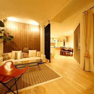 札幌のアジアンスタイルのおしゃれなリビング (ベージュの壁、淡色無垢フローリング、茶色い床) の写真