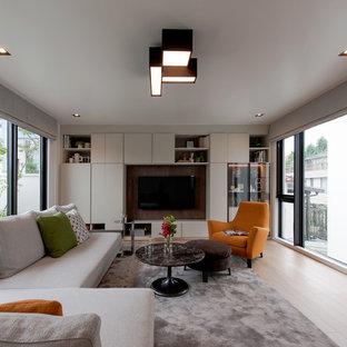 コンテンポラリースタイルのおしゃれな独立型リビング (フォーマル、ベージュの壁、淡色無垢フローリング、壁掛け型テレビ、ベージュの床) の写真