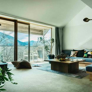 東京23区のコンテンポラリースタイルのおしゃれなLDK (白い壁、カーペット敷き、グレーの床、三角天井) の写真