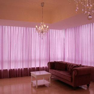 Immagine di un soggiorno aperto con pareti bianche, pavimento in compensato, TV autoportante e pavimento beige