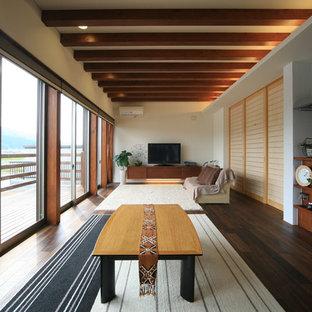 名古屋の広い和風のおしゃれなLDK (フォーマル、白い壁、濃色無垢フローリング、据え置き型テレビ、茶色い床) の写真