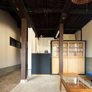 他の地域の和風のおしゃれなリビング (白い壁、コンクリートの床、グレーの床) の写真