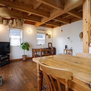 他の地域の北欧スタイルのおしゃれなLDK (白い壁、濃色無垢フローリング、暖炉なし、茶色い床) の写真