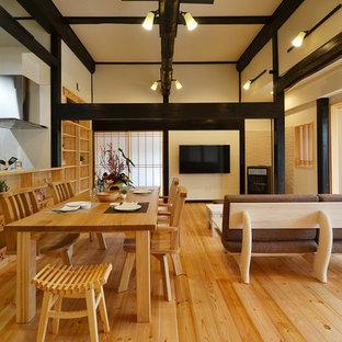 他の地域の和風のリビング・居間の画像 (白い壁、無垢フローリング、壁掛け型テレビ、LDK、茶色い床)
