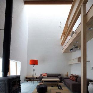 京都のコンテンポラリースタイルのおしゃれなリビング (白い壁、薪ストーブ、石材の暖炉まわり、グレーの床) の写真