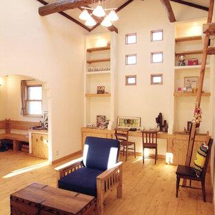他の地域のサンタフェスタイルのおしゃれなリビング (白い壁、淡色無垢フローリング、茶色い床) の写真