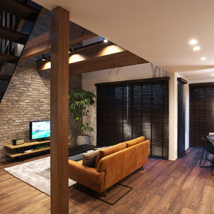 他の地域の大きいミッドセンチュリースタイルのおしゃれなLDK (フォーマル、白い壁、濃色無垢フローリング、据え置き型テレビ、茶色い床) の写真