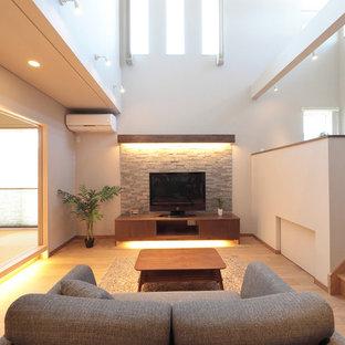 他の地域の和風のおしゃれなLDK (白い壁、淡色無垢フローリング、据え置き型テレビ、ベージュの床) の写真