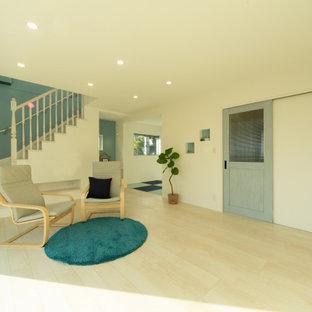 Repräsentatives, Offenes Shabby-Style Wohnzimmer ohne Kamin mit weißer Wandfarbe, Sperrholzboden, Wand-TV, weißem Boden, Tapetendecke und Tapetenwänden in Kobe