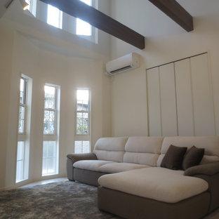 他の地域のヴィクトリアン調のおしゃれなLDK (白い壁、合板フローリング、暖炉なし、テレビなし、ベージュの床) の写真