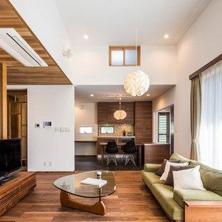 名古屋のミッドセンチュリースタイルのおしゃれなLDK (白い壁、無垢フローリング、据え置き型テレビ、茶色い床) の写真