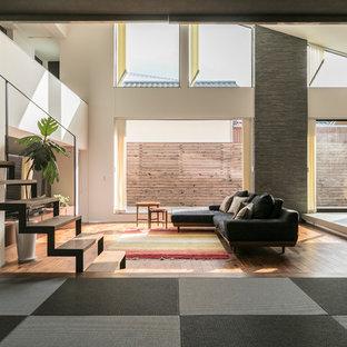 福岡の広いアジアンスタイルのおしゃれなLDK (白い壁、無垢フローリング、据え置き型テレビ、茶色い床) の写真