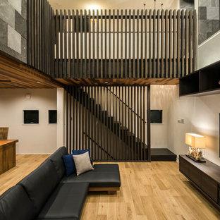東京都下のアジアンスタイルのおしゃれなLDK (白い壁、無垢フローリング、壁掛け型テレビ、茶色い床) の写真
