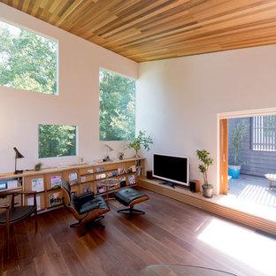 横浜のアジアンスタイルのおしゃれなリビング (白い壁、無垢フローリング、据え置き型テレビ、茶色い床) の写真