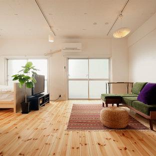 東京23区のアジアンスタイルのおしゃれなLDK (白い壁、淡色無垢フローリング、据え置き型テレビ、ベージュの床) の写真