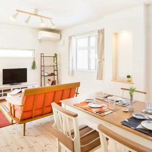 他の地域のカントリー風おしゃれなLDK (白い壁、淡色無垢フローリング、暖炉なし、白い床) の写真