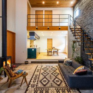 他の地域のモダンスタイルのおしゃれなLDK (白い壁、コンクリートの床、薪ストーブ、コンクリートの暖炉まわり、グレーの床) の写真