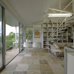 Modelo de biblioteca en casa abierta y machihembrado, minimalista, pequeña, sin chimenea, con paredes blancas, suelo de mármol, marco de chimenea de piedra, televisor independiente, suelo beige y machihembrado