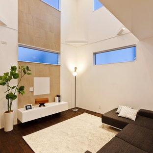 他の地域の北欧スタイルのおしゃれなリビング (白い壁、濃色無垢フローリング、壁掛け型テレビ、茶色い床) の写真