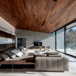 コンテンポラリースタイルのおしゃれなLDK (フォーマル、セラミックタイルの床、横長型暖炉、白い床、グレーの壁) の写真