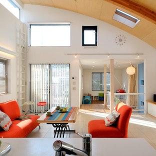 東京23区の北欧スタイルのおしゃれなLDK (白い壁、淡色無垢フローリング、据え置き型テレビ、ベージュの床) の写真