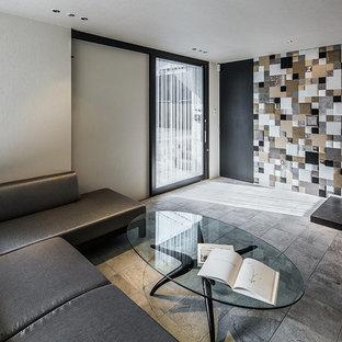 他の地域のコンテンポラリースタイルのおしゃれなリビング (白い壁、グレーの床) の写真