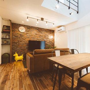 他の地域のアジアンスタイルのおしゃれなリビング (濃色無垢フローリング、白い壁、茶色い床) の写真
