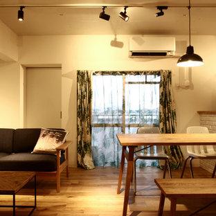 神戸のモダンスタイルのおしゃれなLDK (白い壁、無垢フローリング、茶色い床) の写真