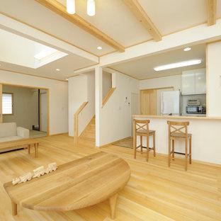 他の地域の中サイズの和風のおしゃれなLDK (フォーマル、白い壁、淡色無垢フローリング、暖炉なし、据え置き型テレビ、ベージュの床) の写真