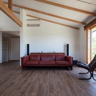 他の地域のアジアンスタイルのおしゃれなリビング (白い壁、茶色い床、セラミックタイルの床) の写真