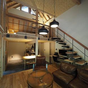 他の地域の小さい和風のおしゃれなLDK (白い壁、淡色無垢フローリング、薪ストーブ、タイルの暖炉まわり、グレーの床、板張り天井) の写真