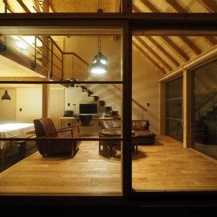 他の地域の小さい和風のおしゃれなLDK (白い壁、淡色無垢フローリング、薪ストーブ、タイルの暖炉まわり、グレーの床、板張り天井、テレビなし) の写真