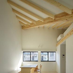 Esempio di un piccolo soggiorno minimal chiuso con pareti bianche e pavimento in compensato