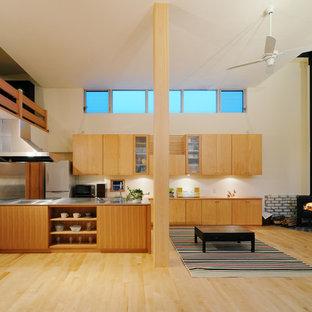 他の地域の北欧スタイルのリビング・居間の画像 (白い壁、淡色無垢フローリング、コーナー設置型暖炉、タイルの暖炉まわり、LDK)