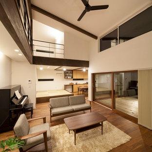 Ejemplo de salón de estilo zen con paredes blancas, estufa de leña y suelo marrón