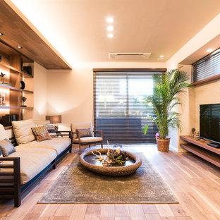 他の地域のアジアンスタイルのおしゃれなリビング (ベージュの壁、淡色無垢フローリング、暖炉なし、据え置き型テレビ、ベージュの床) の写真