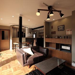 他の地域のインダストリアルスタイルのおしゃれなリビング (グレーの壁、無垢フローリング、茶色い床) の写真
