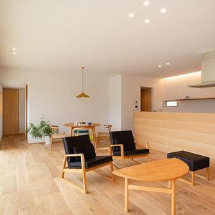 他の地域の北欧スタイルのおしゃれなLDK (白い壁、茶色い床、無垢フローリング) の写真