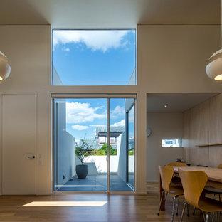 Ispirazione per un soggiorno moderno con pareti bianche, pavimento in compensato e pavimento marrone