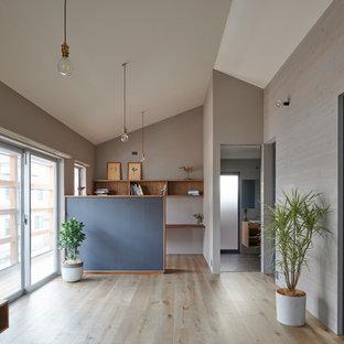 東京都下のコンテンポラリースタイルのおしゃれなLDK (グレーの壁、淡色無垢フローリング、ベージュの床) の写真