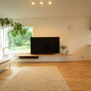 Wohnzimmer mit weißer Wandfarbe, hellem Holzboden, Tapetendecke und Tapetenwänden in Sonstige