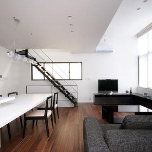 東京23区のモダンスタイルのおしゃれなリビング (白い壁、無垢フローリング、据え置き型テレビ、茶色い床) の写真