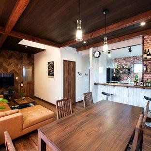 他の地域の中くらいのアジアンスタイルのおしゃれなLDK (マルチカラーの壁、濃色無垢フローリング、据え置き型テレビ、茶色い床) の写真