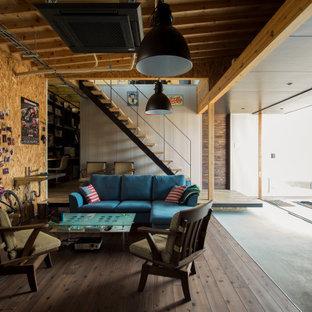 他の地域のインダストリアルスタイルのおしゃれなリビング (茶色い壁、濃色無垢フローリング、茶色い床) の写真