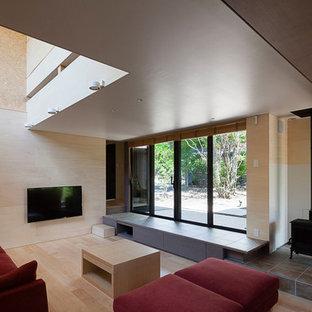 他の地域のアジアンスタイルのおしゃれなリビング (ベージュの壁、淡色無垢フローリング、壁掛け型テレビ、ベージュの床、薪ストーブ) の写真