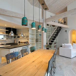 他の地域のエクレクティックスタイルのおしゃれなLDK (白い壁、淡色無垢フローリング、薪ストーブ、石材の暖炉まわり、白い床) の写真