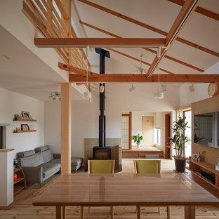 他の地域の和風のおしゃれなリビング (白い壁、淡色無垢フローリング、壁掛け型テレビ、ベージュの床) の写真