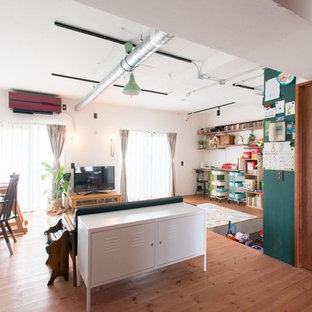東京23区のカントリー風おしゃれなLDK (白い壁、無垢フローリング、据え置き型テレビ、茶色い床) の写真