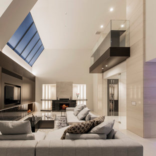 コンテンポラリースタイルのおしゃれな独立型リビング (ベージュの壁、薪ストーブ、石材の暖炉まわり、ベージュの床、大理石の床、壁掛け型テレビ) の写真