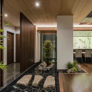 東京23区のコンテンポラリースタイルのおしゃれなリビング (ベージュの壁、暖炉なし、茶色い床) の写真